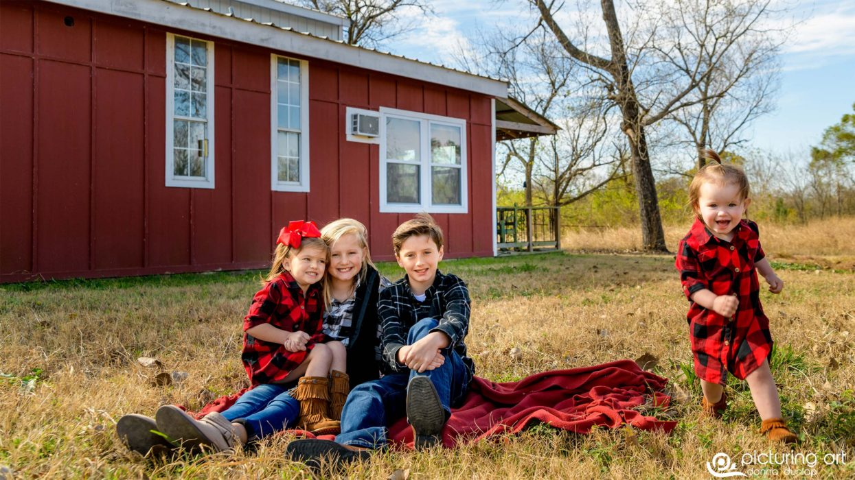 fusion, red barn, barn, farm, farm house, country, family, kids, children, winter, photo session, family photos, family portraits, portraits, picturing art, donna dunlap